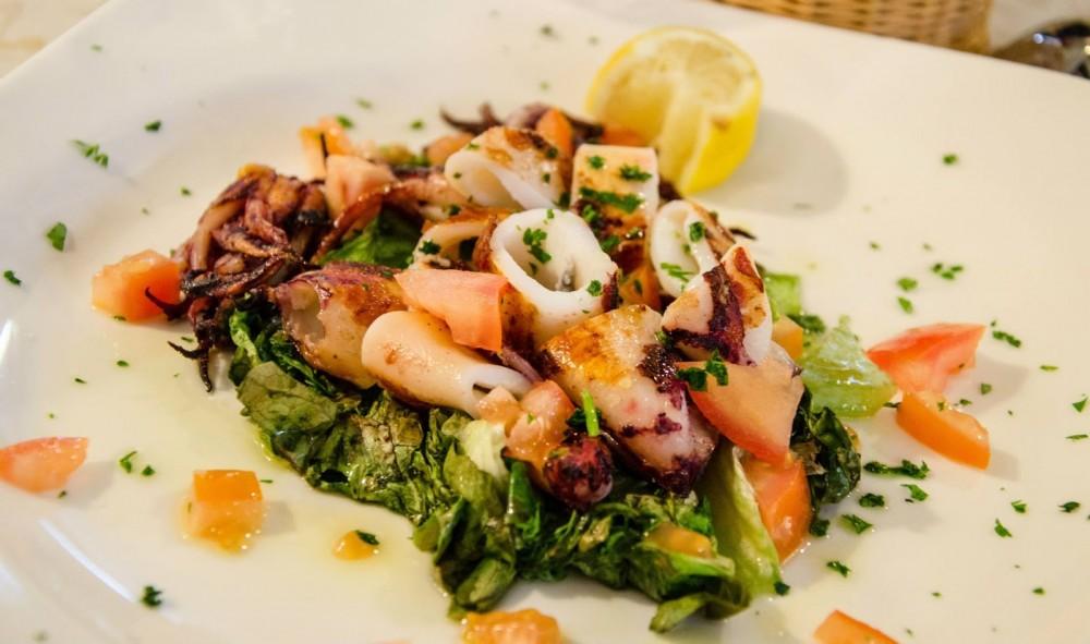 Urlaub Campingurlaub Italien Cervo Essen Salat mir Meeresfrüchten