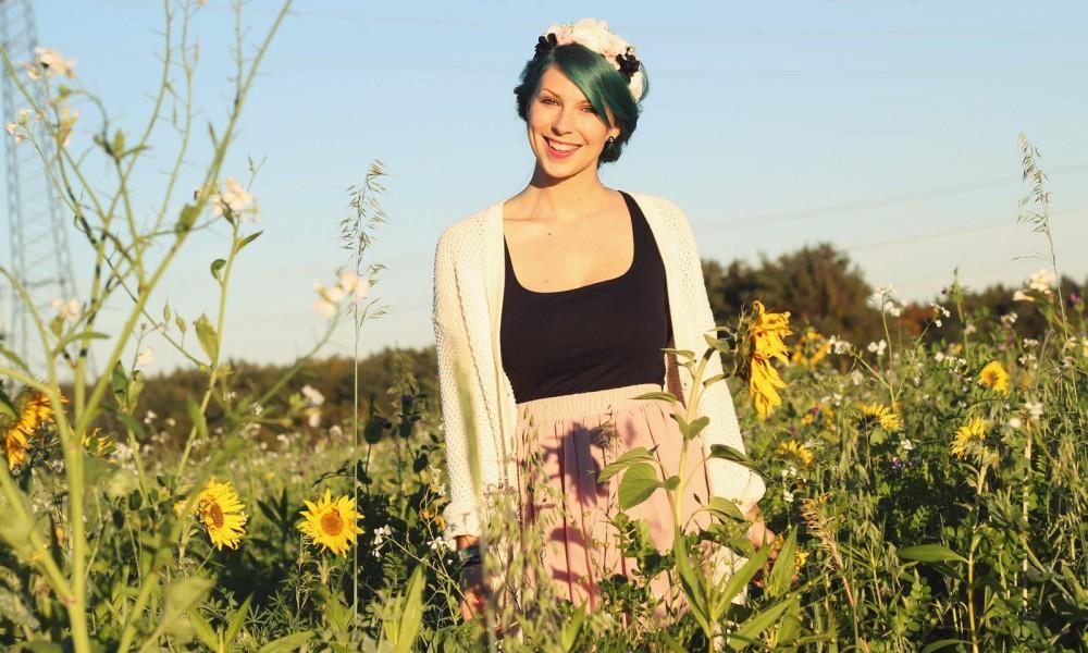 Fashionblogger Karlsruhe Outfit grüne Haare Skaterrock Cardigan Blumenkranz (12)