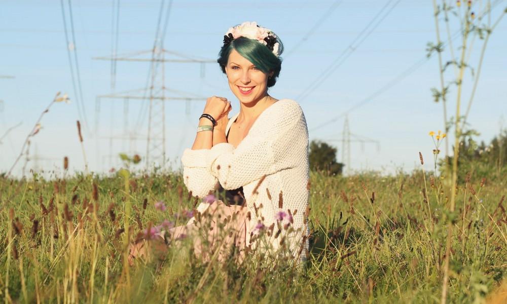 Fashionblogger Karlsruhe Outfit grüne Haare Skaterrock Cardigan Blumenkranz (2)