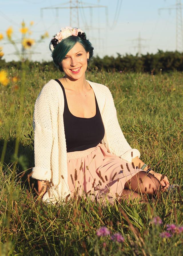 Fashionblogger Karlsruhe Outfit grüne Haare Skaterrock Cardigan Blumenkranz (3)