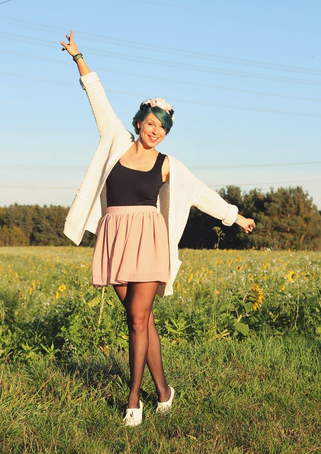 Fashionblogger Karlsruhe Outfit grüne Haare Skaterrock Cardigan Blumenkranz (4)