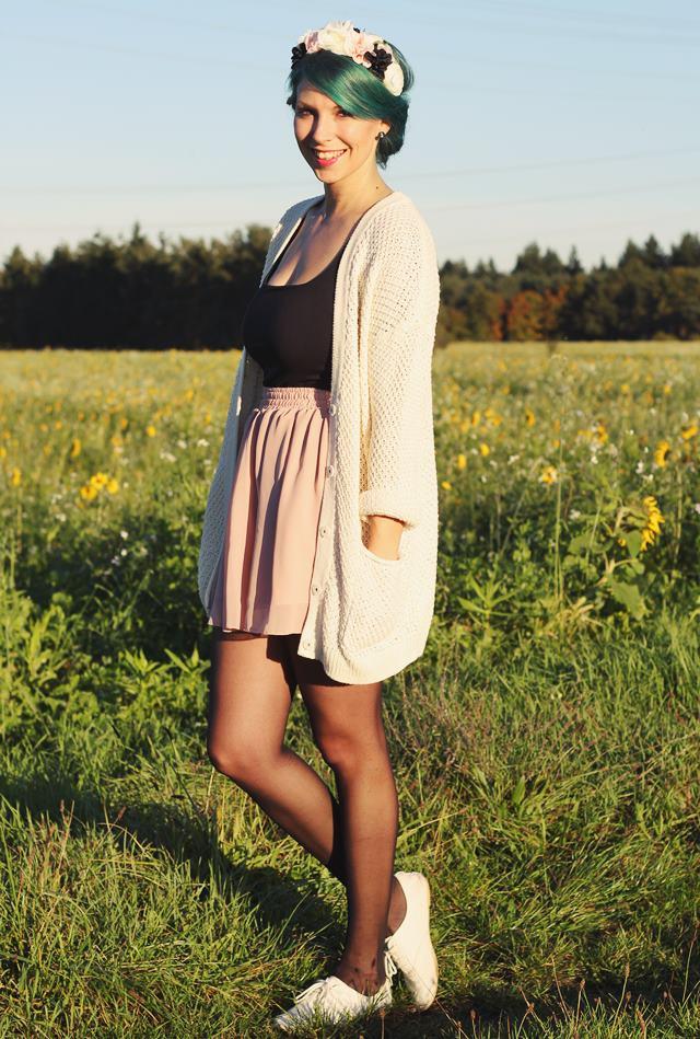 Fashionblogger Karlsruhe Outfit grüne Haare Skaterrock Cardigan Blumenkranz (5)