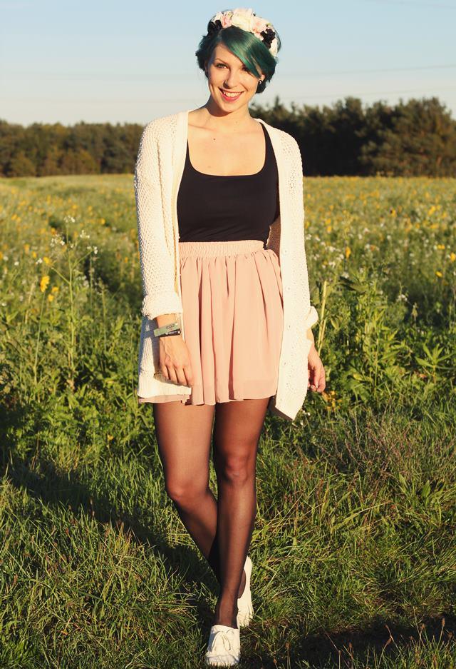 Fashionblogger Karlsruhe Outfit grüne Haare Skaterrock Cardigan Blumenkranz (6)