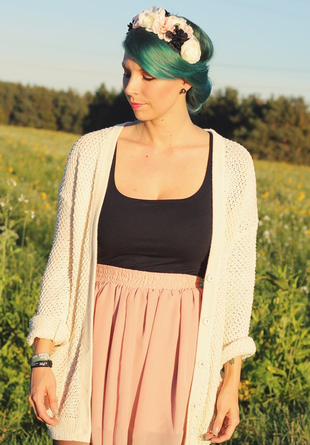 Fashionblogger Karlsruhe Outfit grüne Haare Skaterrock Cardigan Blumenkranz (7)