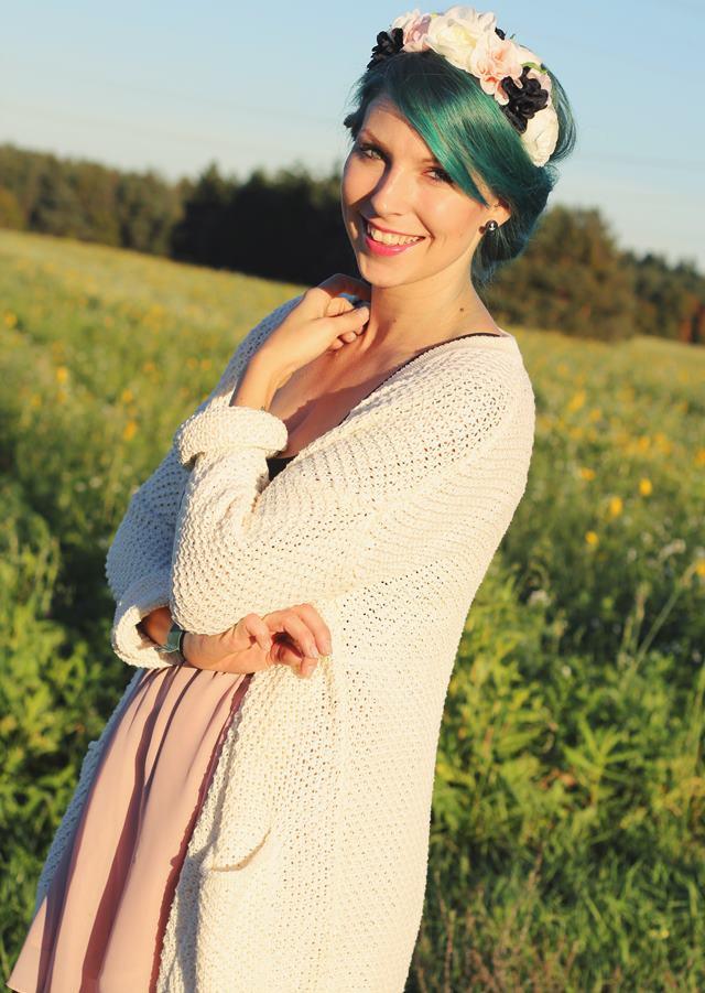 Fashionblogger Karlsruhe Outfit grüne Haare Skaterrock Cardigan Blumenkranz (8)
