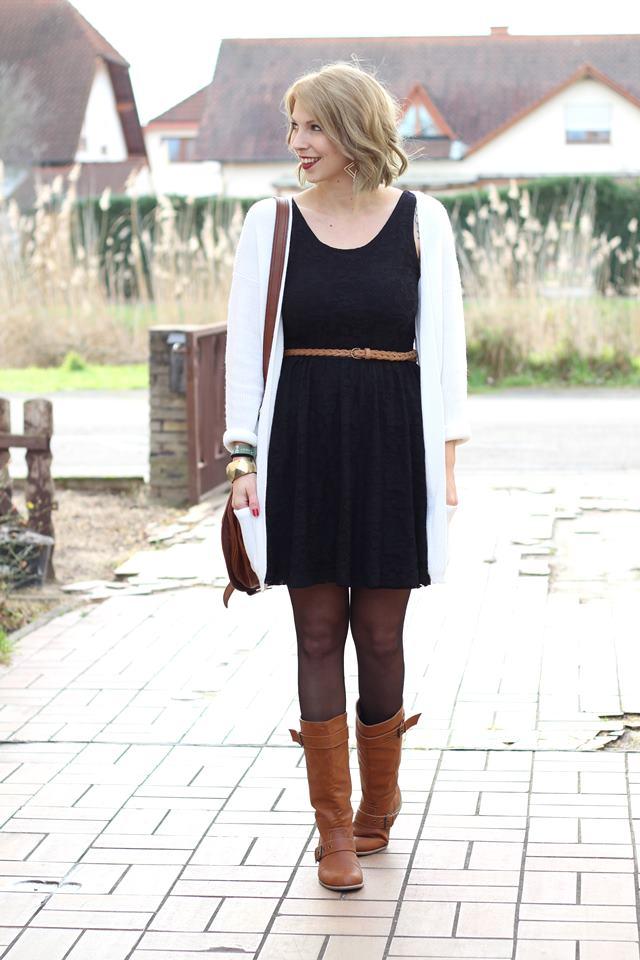 Outfit Schwarzes Spitzenkleid braune Stiefel Cardigan ...