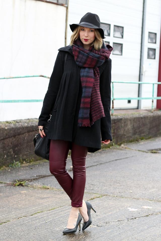 Outfit Bloggerchallenge Lederhose bordeaux Mantel Schal H&M Primark Vila Pumps Tom Tailor