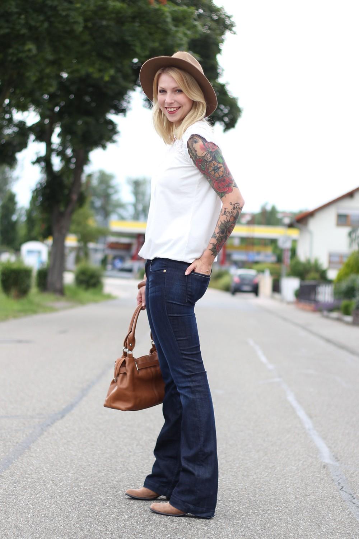Bootcut Jeans Spitzenshirt 5