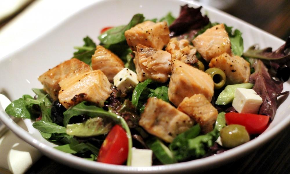 Salat mit Lachs Radisson Blu Berlin Essen