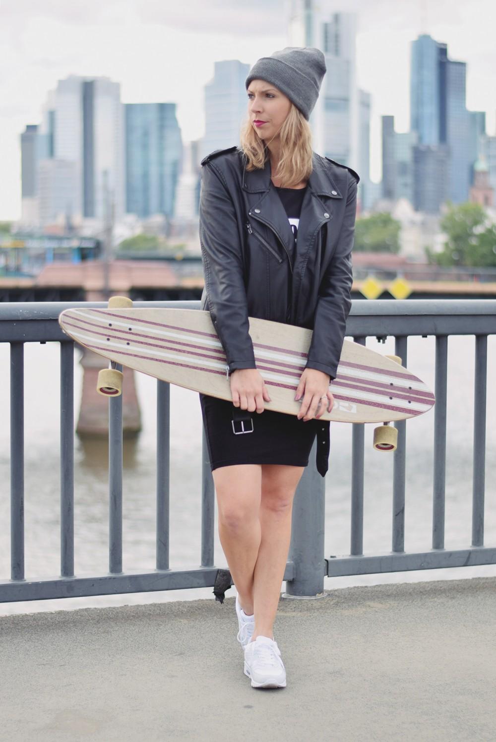 Outfit Fashionblogger Frankfurt Lederjacke Midikleid Sneaker 5