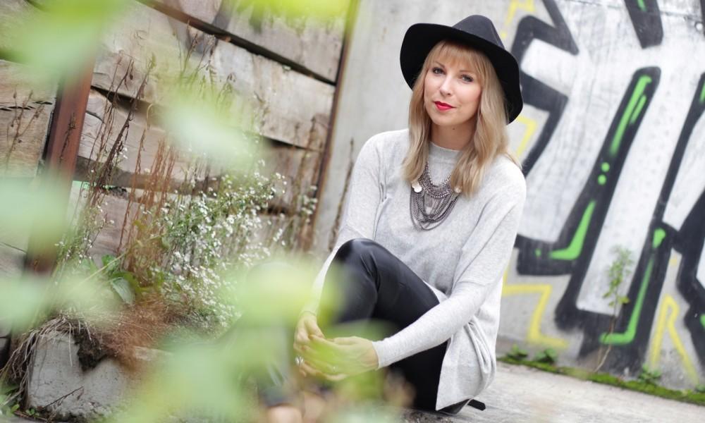 Outfit Lederhose grauer Sweater Hut Fransentasche 16