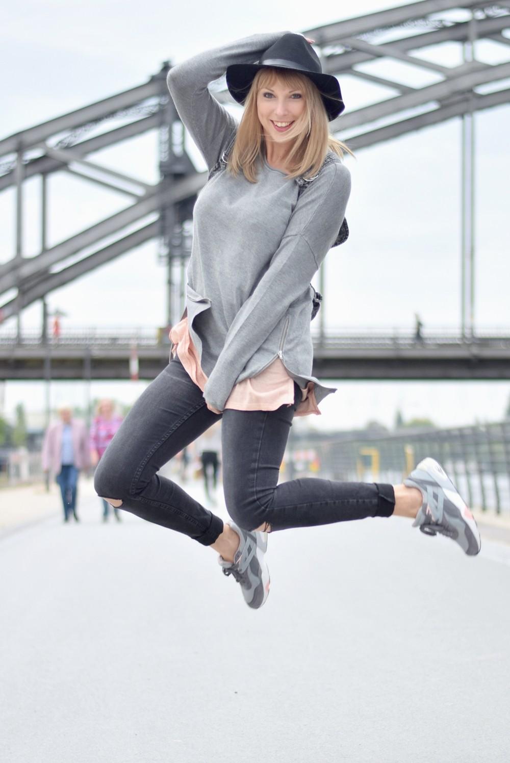 Puma Vashtie Outfit grau Jeans Sweater 15