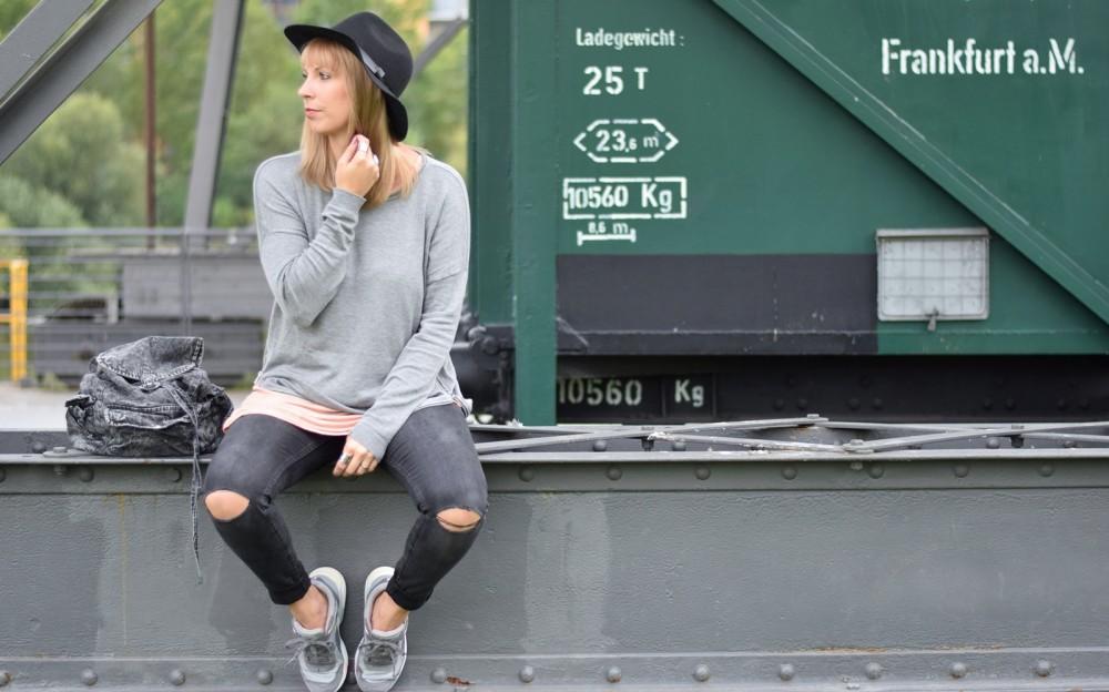 Puma Vashtie Outfit grau Jeans Sweater 7