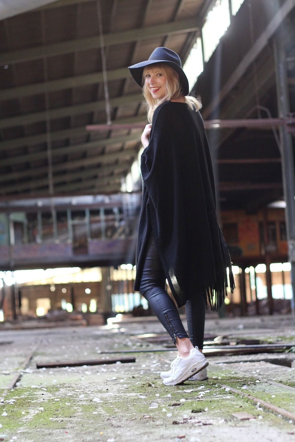 Outfit Poncho Hut C&A Lederhose Only Sneaker Deichmann Fransentasche Pieces 7