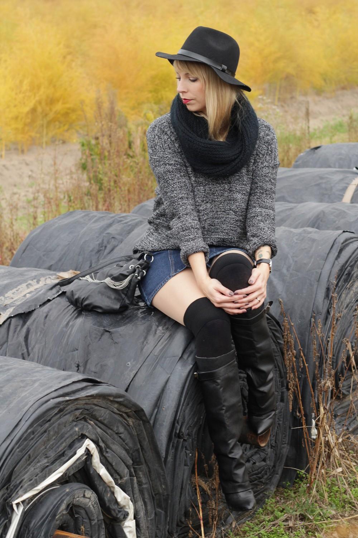 Outfit Fashionbloggerin Karlsruhe Jeansrock Knopfleiste Overknees Hut Strickpulli 1 (1)