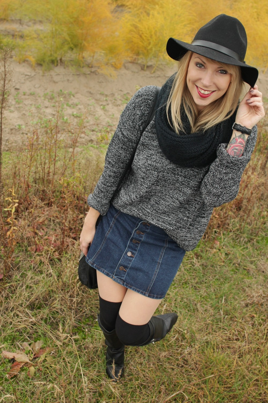 Outfit Fashionbloggerin Karlsruhe Jeansrock Knopfleiste Overknees Hut Strickpulli 1 (5)