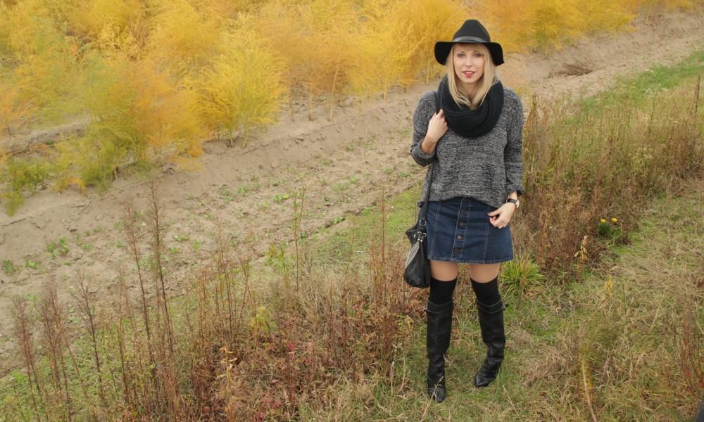 Outfit Fashionbloggerin Karlsruhe Jeansrock Knopfleiste Overknees Hut Strickpulli 1 (6)