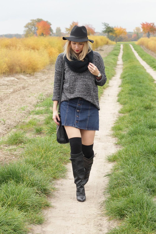 Outfit Fashionbloggerin Karlsruhe Jeansrock Knopfleiste Overknees Hut Strickpulli 1 (8)