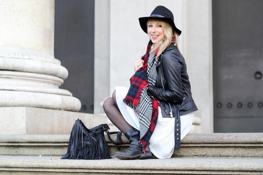 Fashionbloggerin Karlsruhe Outfit München weisses Kleid karierter Schal Lederjacke Hut Fransentasche 16
