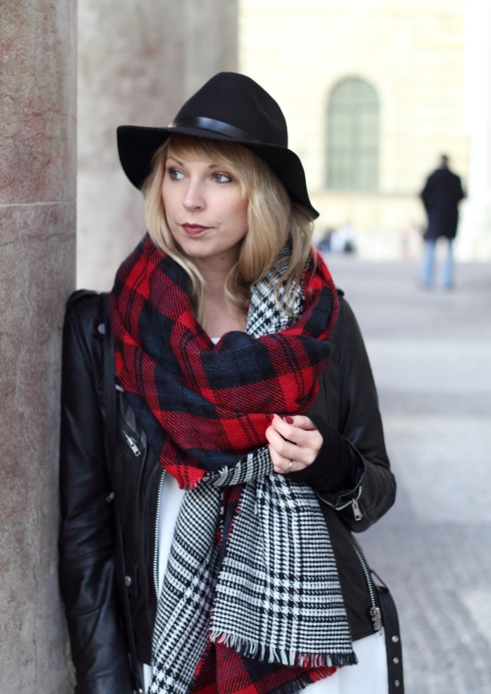 Fashionbloggerin Karlsruhe Outfit München weisses Kleid karierter Schal Lederjacke Hut Fransentasche 25