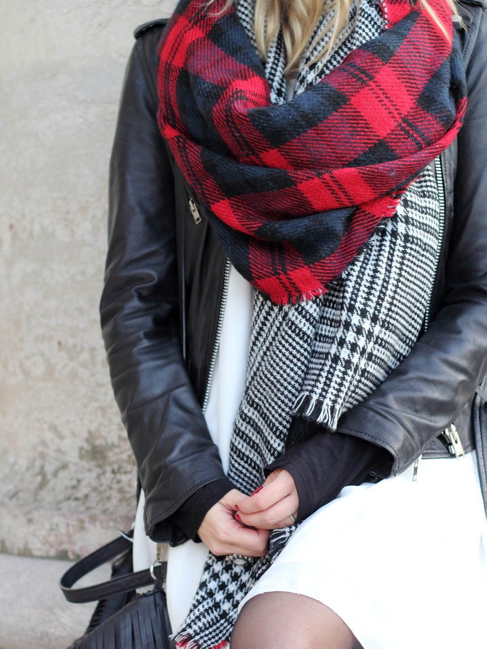 Fashionbloggerin Karlsruhe Outfit München weisses Kleid karierter Schal Lederjacke Hut Fransentasche 6