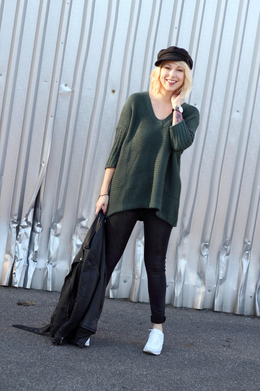 Outfit Vero Moda Strickpullover Jeans weisse Sneaker Mütze 4