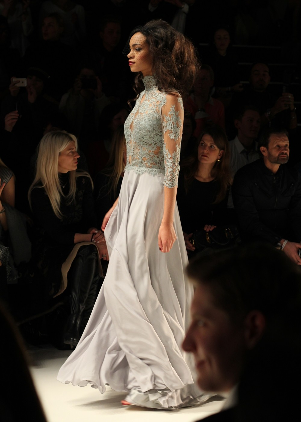 Ewa Hrzog Runway Fashion Week Januar 2016 Berlin AW langes Kleid Spitze grau