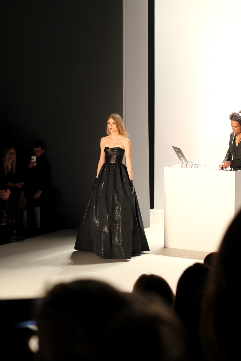 Tulpen Design Runway Fashion Week Januar 2016 AW langes Kleid schwarz