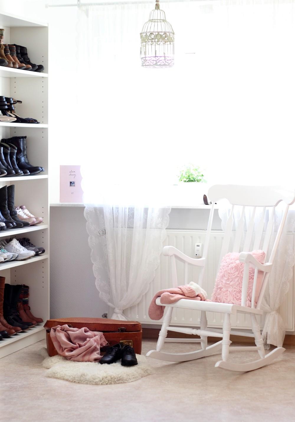 Wohnung Garderobe Schuhschrank Schaukelstuhl Deko alter Koffer Fellteppich 3