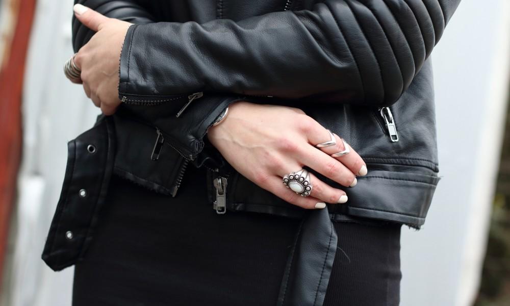 Outfit All in black Midikleid Lederjacke Chucks Beanie 11