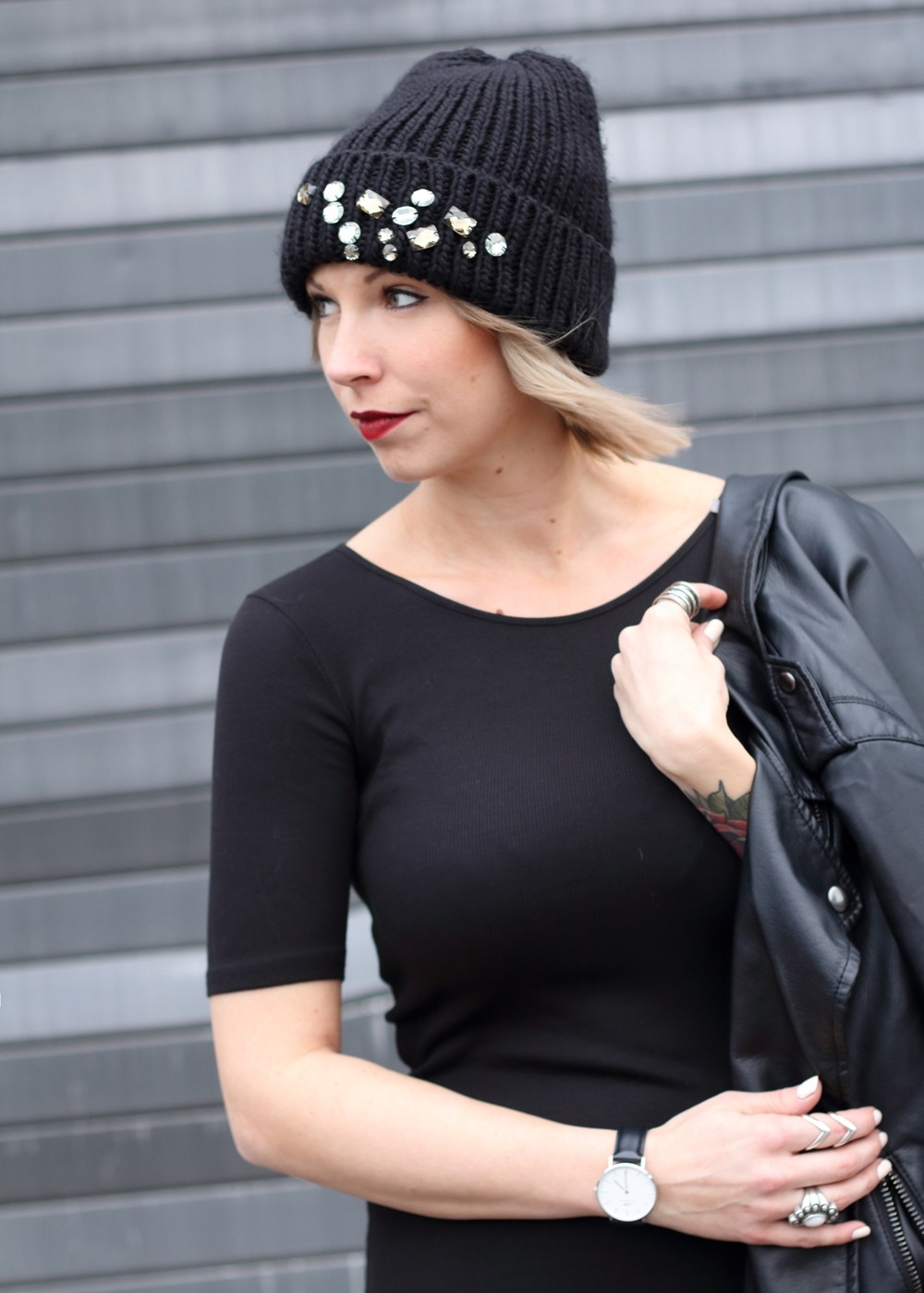 Outfit All in black Midikleid Lederjacke Chucks Beanie 14
