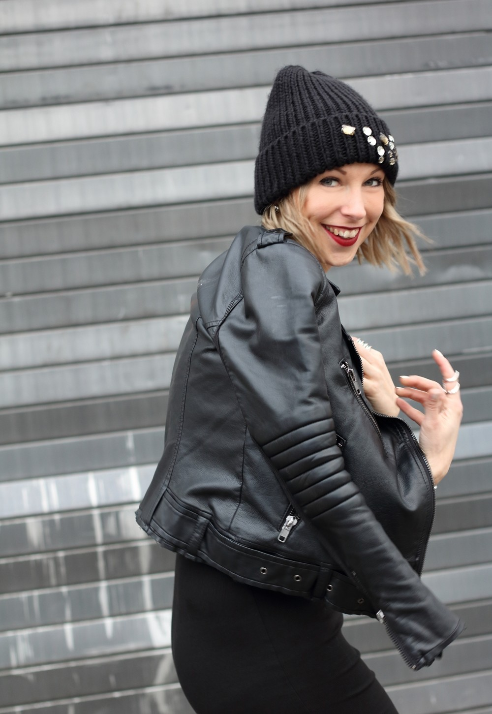 Outfit All in black Midikleid Lederjacke Chucks Beanie 15