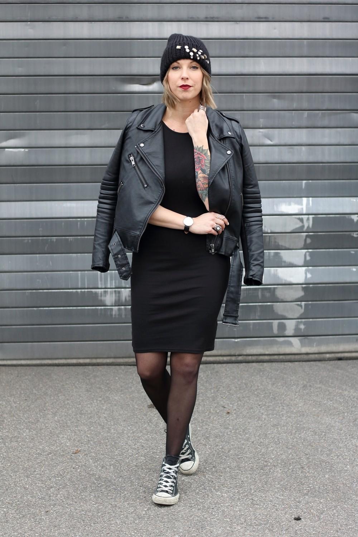 Outfit All in black Midikleid Lederjacke Chucks Beanie 16
