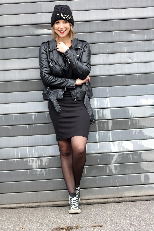 Outfit All in black Midikleid Lederjacke Chucks Beanie 6