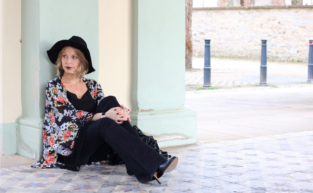 Outfit Kimono Flared Jeans Hut Stiefeletten Fransentasche Fashionbloggerin Karlsruhe (3)