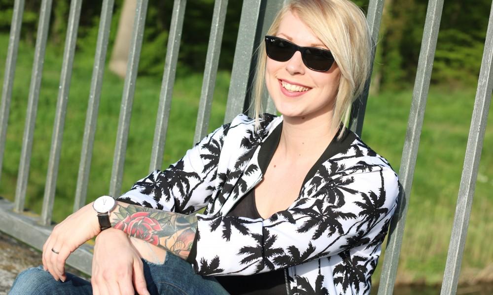 Fashionblogger Outfit Blousonjacke Palmen Jeans Sneaker Ray Ban New Wayfarer (1)