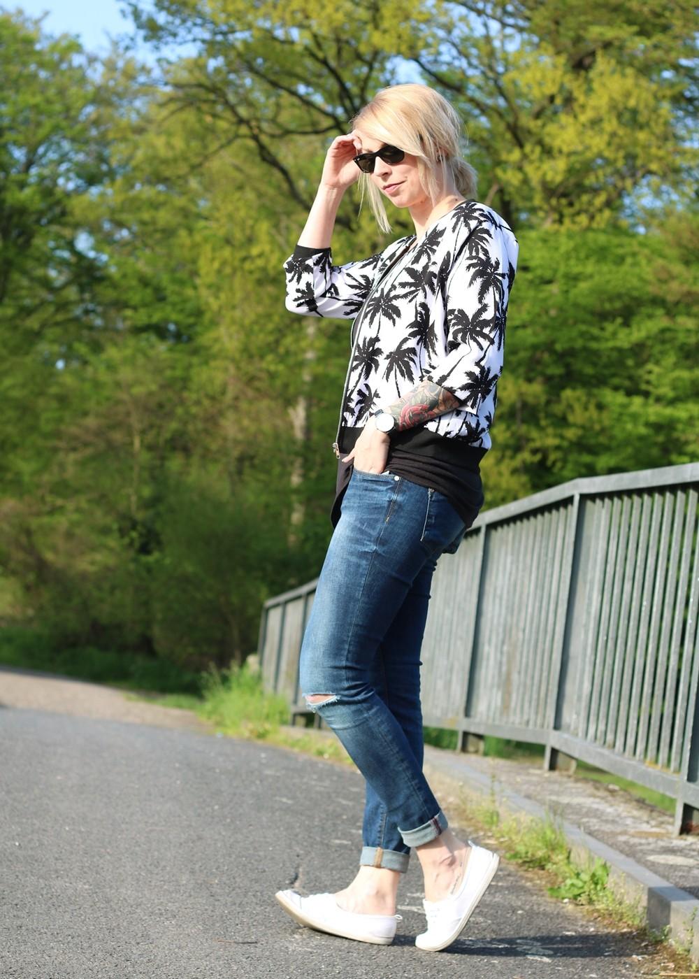Fashionblogger Outfit Blousonjacke Palmen Jeans Sneaker Ray Ban New Wayfarer (4)