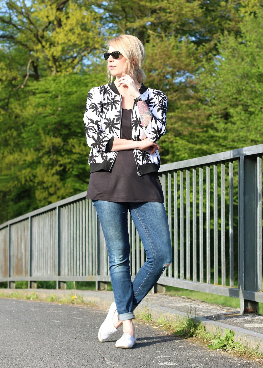 Fashionblogger Outfit Blousonjacke Palmen Jeans Sneaker Ray Ban New Wayfarer (5)