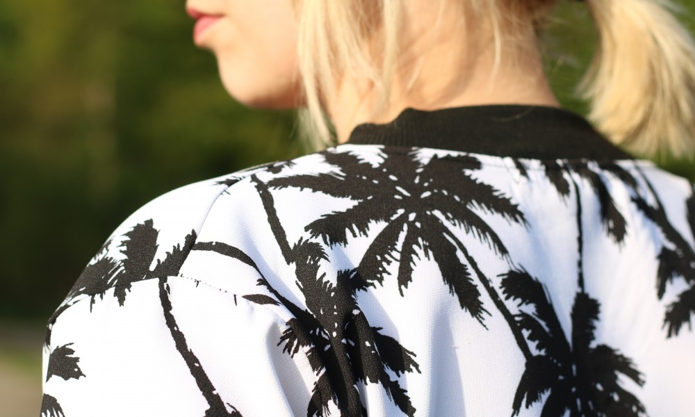 Fashionblogger Outfit Blousonjacke Palmen Jeans Sneaker Ray Ban New Wayfarer (8)