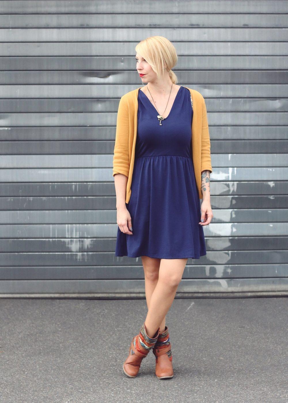 Fashionblogger Outfit blaues Kleid Cardigan senfgelb Ethnoboots (1)