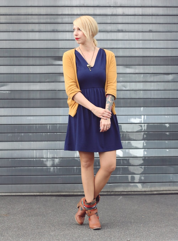 Fashionblogger Outfit blaues Kleid Cardigan senfgelb Ethnoboots (8)