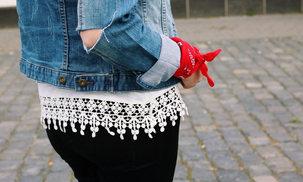 Fashinblogger Frankfurt Outfit Sneaker Jeansjacke Spitzentop (12)