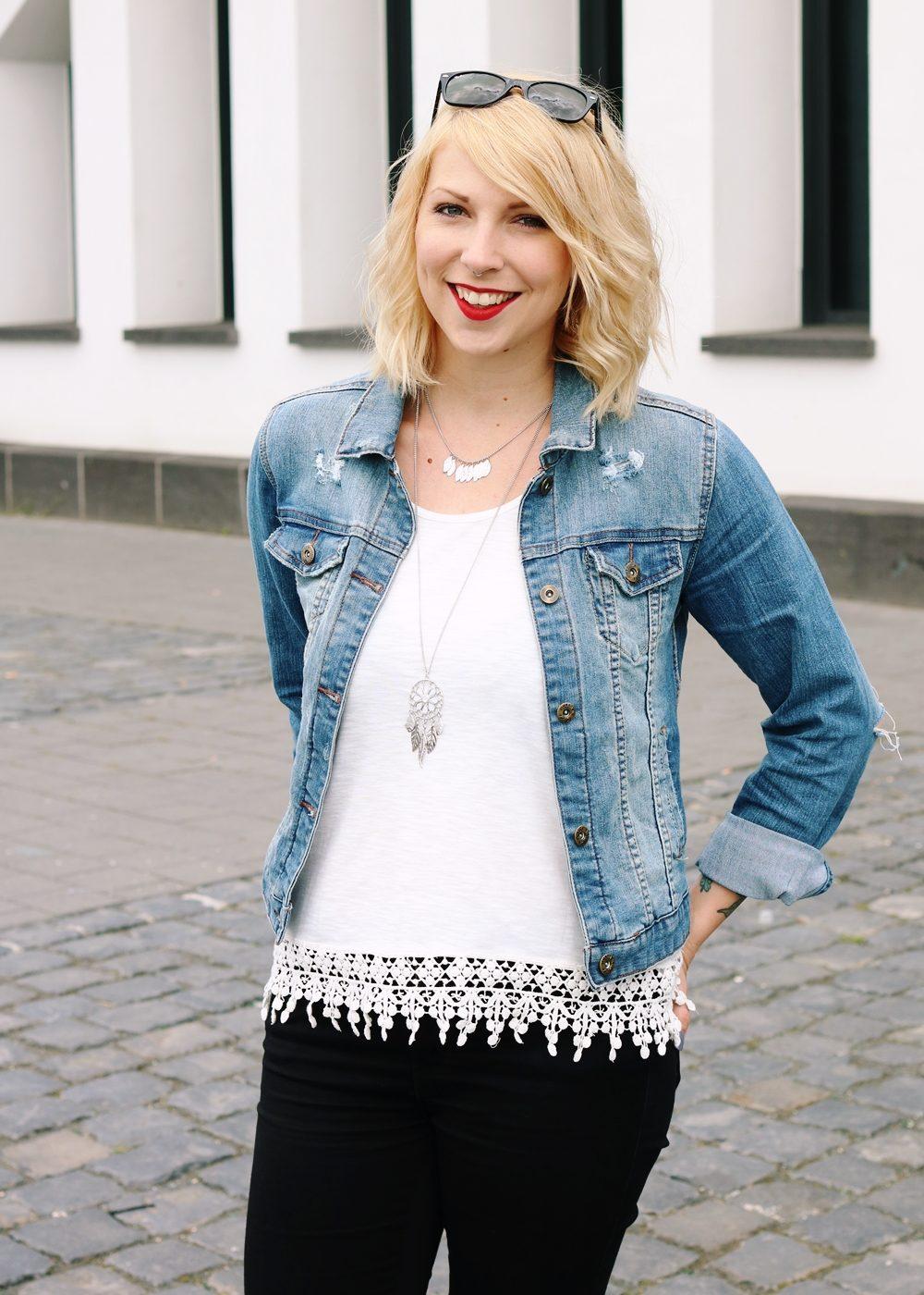 Fashinblogger Frankfurt Outfit Sneaker Jeansjacke Spitzentop (17)