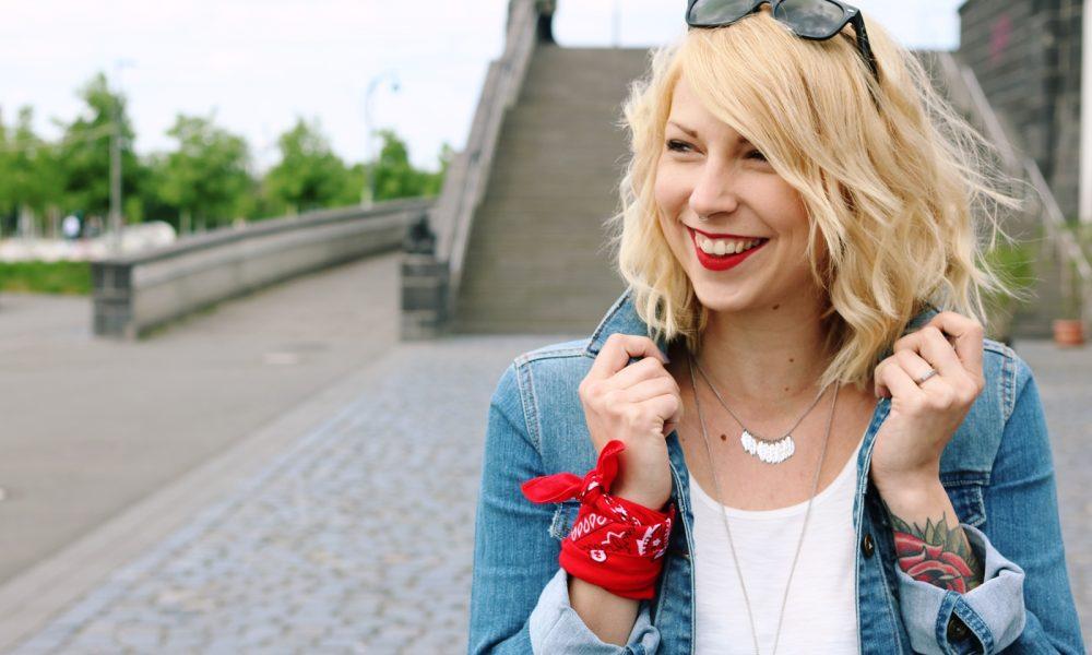 Fashinblogger Frankfurt Outfit Sneaker Jeansjacke Spitzentop (8)