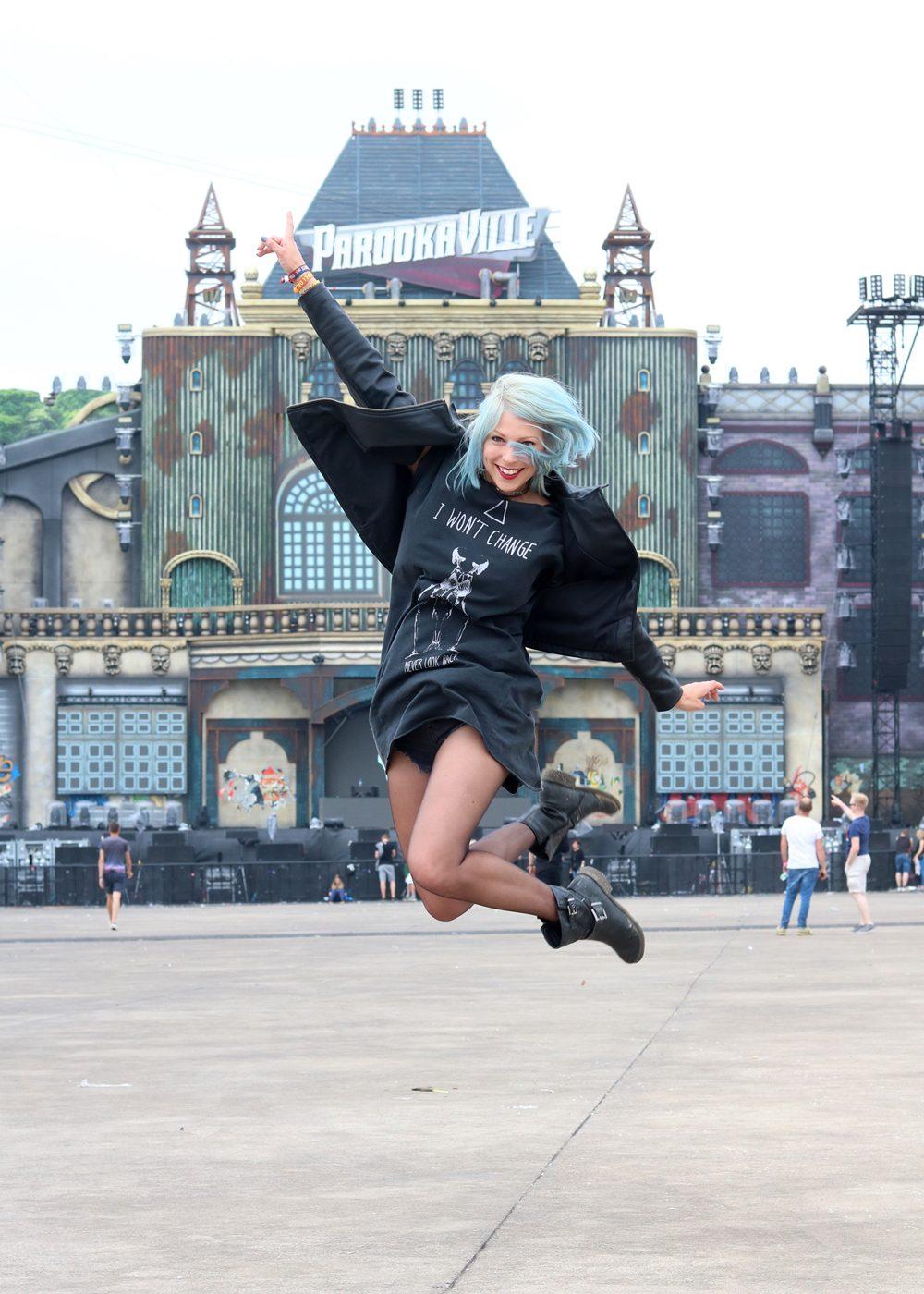 Festivaloutfit Parookaville Bikerlook Hut blaue Haare Fashionblogger (12)