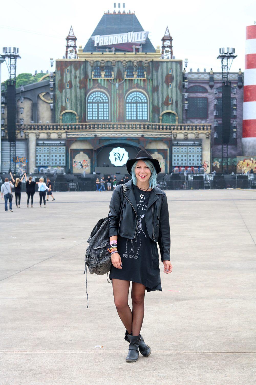 Festivaloutfit Parookaville Bikerlook Hut blaue Haare Fashionblogger (3)