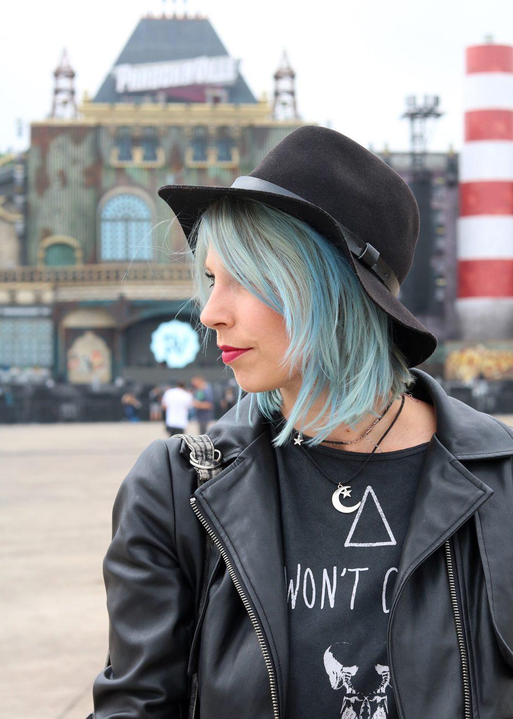 Festivaloutfit Parookaville Bikerlook Hut blaue Haare Fashionblogger (7)