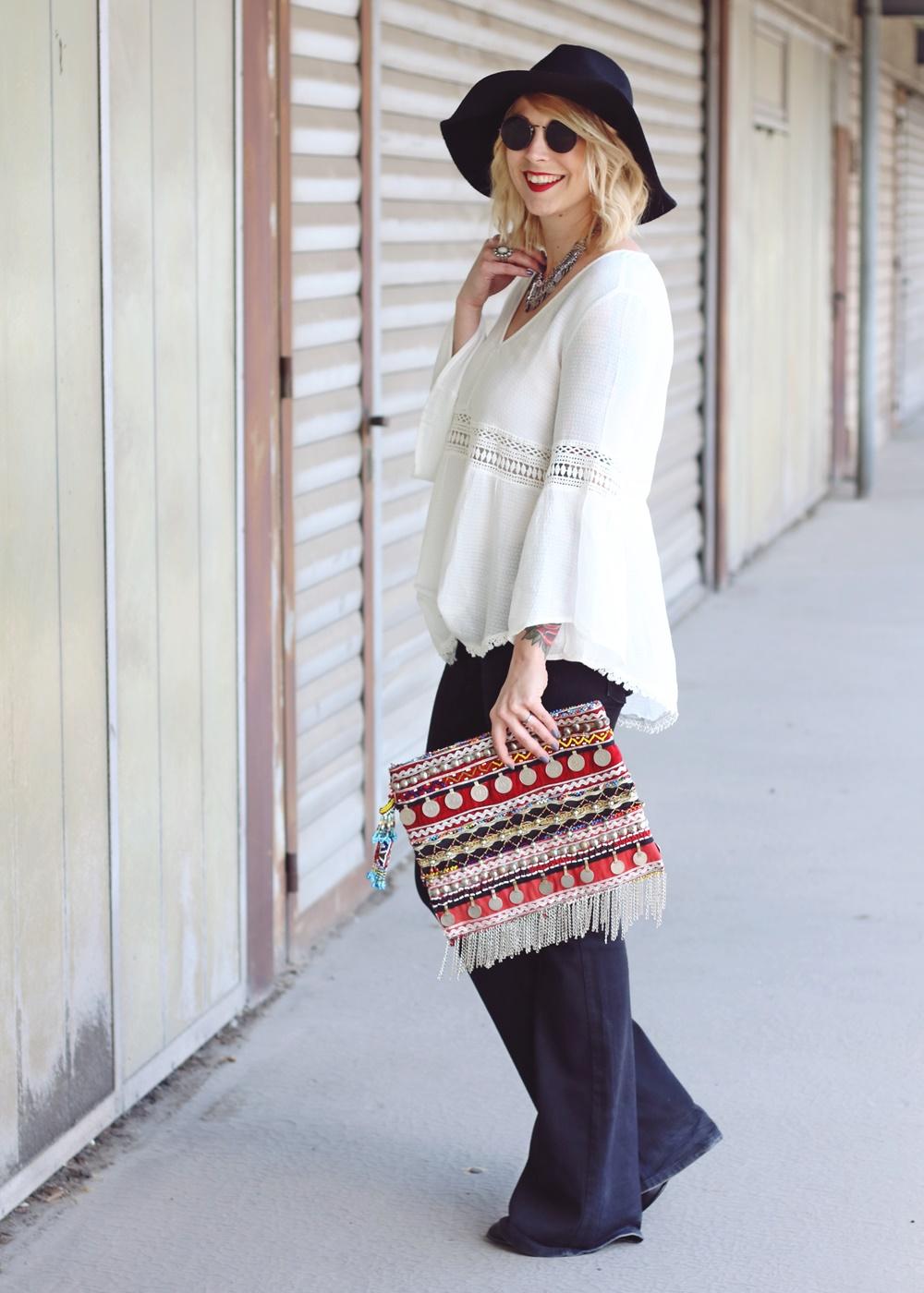 Fashionblogger Boholook Outfit Schlagjeans Bluse ...