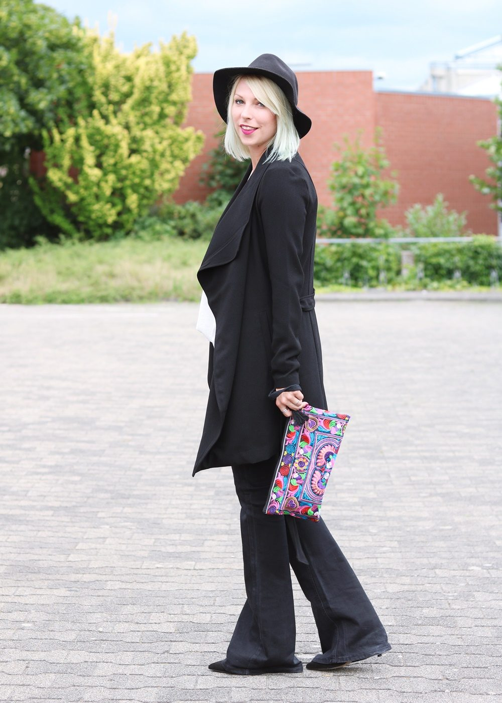 Fashionblogger Outfit Flared Jeans Zara Mantel Only Ethnoclutch Hut (12)