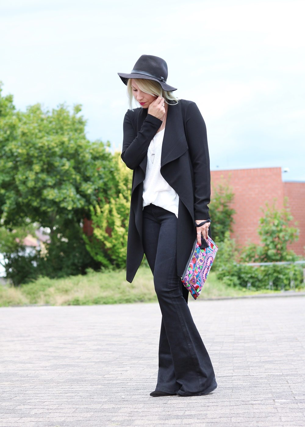 Fashionblogger Outfit Flared Jeans Zara Mantel Only Ethnoclutch Hut (13)
